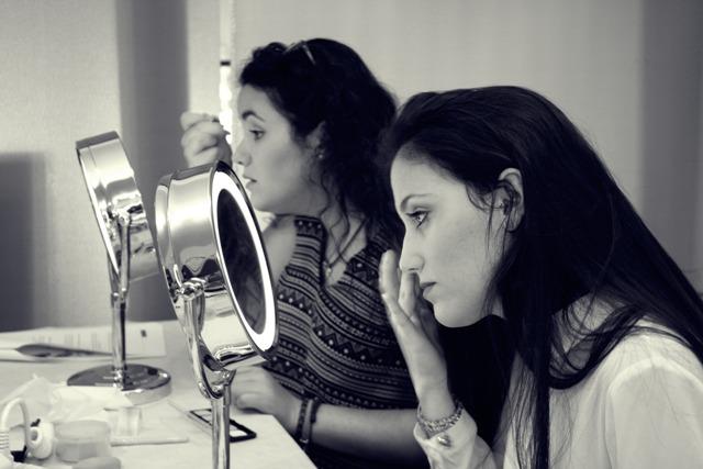 Fati y Ana maquillándose
