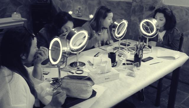 Chicas maquillándose blanco y negro